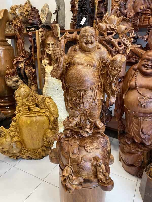 tượng gỗ phật di lặc đục sắc xảo trên phôi gỗ nu hương cám