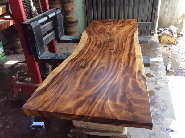 mặt bàn gỗ me tây mới phun pu lót